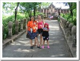 Mother and her two daughters before a pagoda