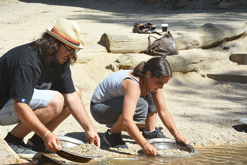 Tsoof and Noff panning for gold